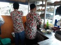Pelayang yang selalu sibuk karena ramai pelanggan