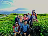 Sebelum mendaki, berfoto menikmati indahnya Gunung Kerinci bersama teman baru