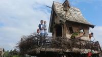 Bisa berfoto di rumah pohon Hobbit yang ada di sini lho
