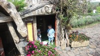 Pengunjung juga bisa berfoto di dalam rumah hobbit ini