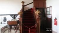 Sayangnya pengunjung tidak bisa naik ke lantai atas gedung utama, namun detail bangunannya tetap menarik.