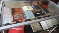 Banyak terdapat peninggalan buku-buku kuno dalam gedung arsip ini