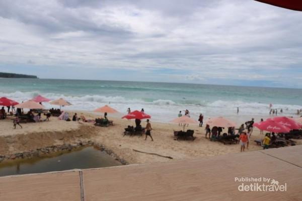 Wah ! walaupun di siang yang terik tetapi suasana Pantai Dreamland tetap ramai pengunjung.