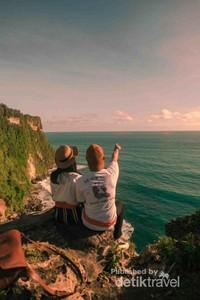 Menikmati matahari terbenam di tebing Uluwatu dengan orang terdekatmu juga bakalan jadi momen yang gak bakal terlupakan