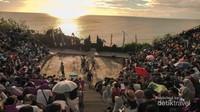 Menikmati sunset sekaligus melihat tari tradisional kecak di Pura Uluwatu