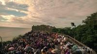 Ramainya pengunjung yang datang untuk melihat Tari Kecak sembari menikmati matahari terbenam