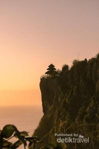 Pura Luhur Uluwatu di atas tebing terjal