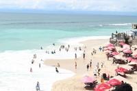 Lihat ! Ini view dari atas bukitnya. Keliatan lebih indah bukan? Pasir putih dan lautnya yang indah