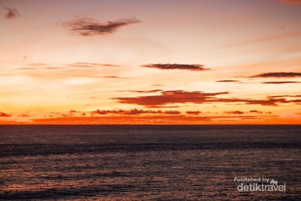 Kalau ada tempat yang menawarkan pengalaman berbeda menonton sunset, Pura Luhur Uluwatu jawabannya