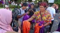Tiap turis lokal maupun mancanegara yang menggunakan rok atau celana diatas dengkul harus memakai kain penutup berwarna ungu sebagai tanda menghormati tempat suci