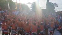 Suara para penari kecak bergemuruh di Pantai Pura Uluwatu