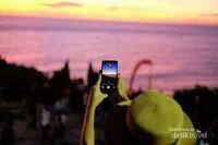 Tak lupa abadikan momen sunset ini menggunakan smartphone canggih yaitu OPPO F5