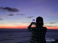 Mengabadikan langit senja saat blue hour di Pura Uluwatu dimulai dari pukul 18.30-19.30 WITA