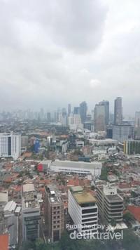 Pemandangan Kota Jakarta dari lantai 24.