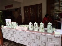 Tradisi patekoan, mempersilahkan siapapun yang kebetulan lewat dan merasa dahaga dapat minum air teh secara cuma-cuma.