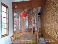 Sudut interior Pantjoran Tea House