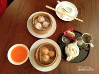 Hakkau ayam udang dan siomay ayam udang menjadi makanan pembuka favorit.