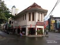Pantjoran Tea House adalah gedung bersejarah dikawasan Glodok Pancoran sejak tahun 1928.