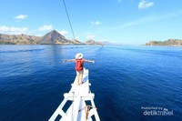 Untuk mencapai Pulau Rinca kalian harus menggunakan kapal. Selama perjalanan pemandangan indah akan menunggu kalian.