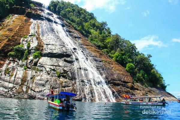 Air Terjun Mursala di Pulau Mursala, Kabupaten Tapanuli Tengah, Sumatera Utara.