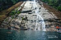 Banyak traveler yang berenang dan meminum air yang mengalir di tebing pulau.