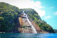 Pulau Mursala terletak di antara Pulau Sumatera dan Pulau Nias.