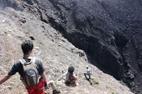 Pemasangan tali oleh guide agar pendaki tidak tergelincir