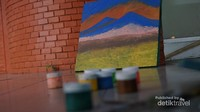Pada sudut - sudut tertentu akan kita temui lukisan - lukisan dan peralatannya yang sedang dalam proses pengerjaan.