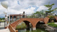 Jembatan ala kanal-kanal seperti di Venesia ini dijadikan untuk area gembok cinta (love lock)