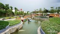 Kolam yang dibangun dengan kanal-kanal bisa dicoba dengan wahan paddle boat