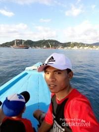 Keliling sekitar dermaga Labuan Bajo dengan perahu