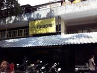 Bangunan rumah makan ini cukup sederhana dan terletak di terminal stasiun hall.