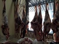Daging kambing muda diletakkan di dalam ruangan agar pengunjung bisa menyaksikan bahwa daging yang dipergunakan masih segar