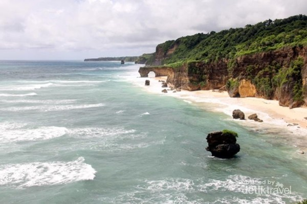 Keindahan Tanjung Radar, jauh di bawah sana terlihat Pantai Bawana (dok pribadi)