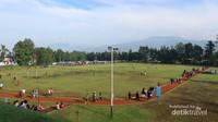 Jogging track yang luas di Seskoau dengan latar Gunung Tangkuban Perahu
