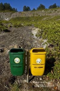 Jalur pendakian menuju puncak Kelimutu, dilengkapi dengan tempat sampah sebagai upaya menjaga kebersihan.