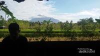 Gunung Merapi di kejauhan
