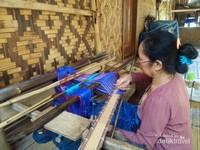 satu kain ditenun selama 2 minggu dan menggunakan alat tradisional oleh para perempuan suku baduy luar