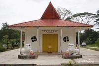 Pagoda Chua Ky Vien berada di area lahan sebelah gereja