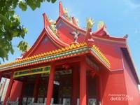 Atap vihara dengan simbol naga pada ujung atap