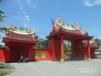 Pintu gerbang depan menuju Vihara
