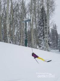 Serunya ski sambil tiduran