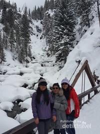 Nah, seperti gaya pengunjung berfoto di depan air terjun Fish Creek yang tertutup salju
