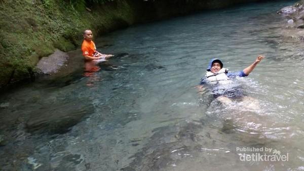 Kolam abdi yang sangat jernih sehingga mampu melihat sampai ke dasar sungai