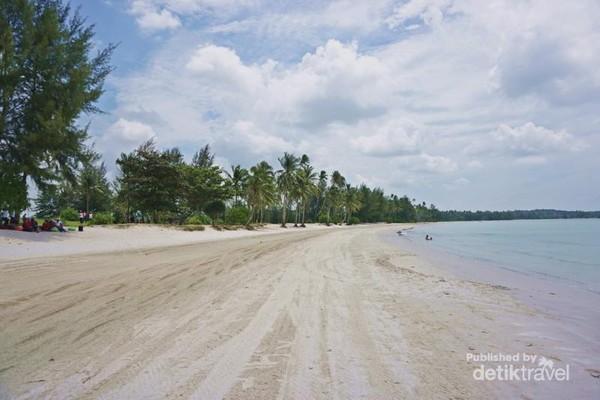 Pantai berpasir putih memiliki ombak yang tenang
