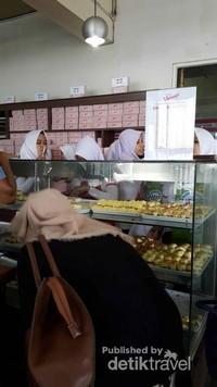 Nah, seperti ini pembeli yang sedang sibuk memilih roti.
