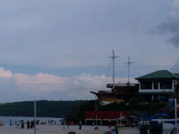 Terdapat banyak resor dan berbagai jenis penginapan yang bisa dipilih di sekitar pantai