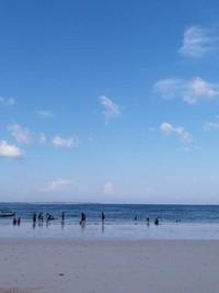 Birunya laut dan langit yang cerah menjadi kombinasi sempurna di pantai ini