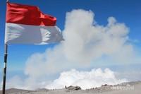 Mahameru dan bendera merah putih