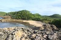 Tersembunyi di balik perbukitan menjadi pantai ini seakan pantai pribadi saja